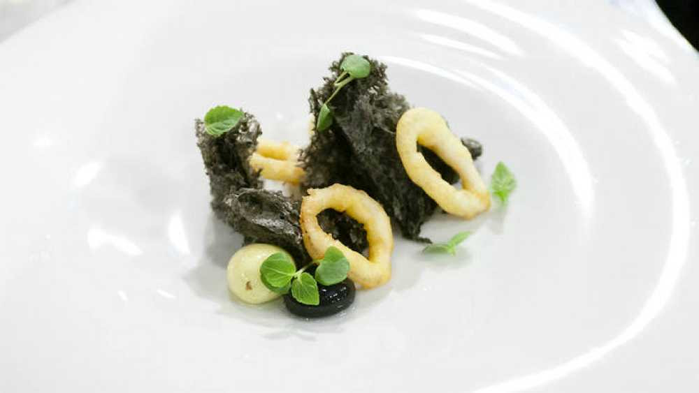 Bocadillo de calamares con pan de tinta