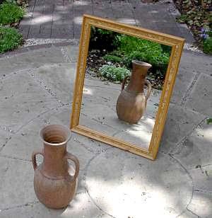 English: mirror, reflecting a vase Deutsch: * ...
