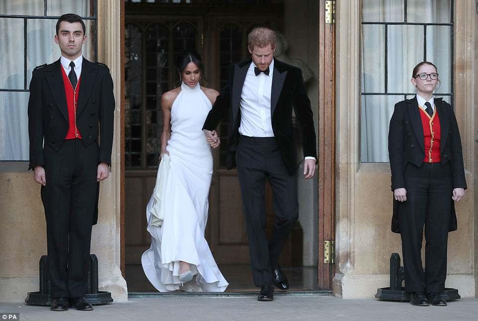 Meghan e Harry dão as mãos quando saem do Castelo de Windsor a caminho da recepção em Frogmore