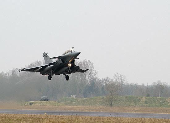 Caça francês Rafale decola da base de Saint-Dizier, rumo à Líbia; governo confirmou primeiro ataque no país