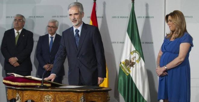 Aquilino Alonso, en el acto de promesa de su cargo como consejero de Sanidad, en presencia de la presidenta de la Junta de Andalucía, en  en la Sala de los Espejos del Palacio de San Telmo. EFE