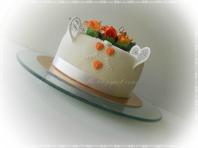 Torta con rose arancio e cuori, real