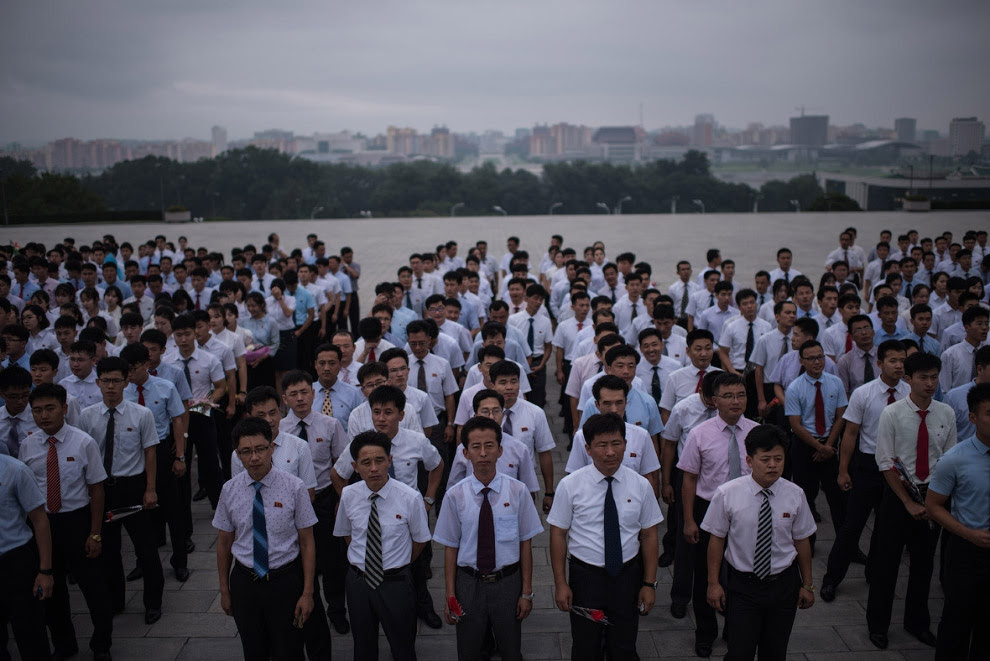 Зібралися, щоб висловити повагу північнокорейським лідерам