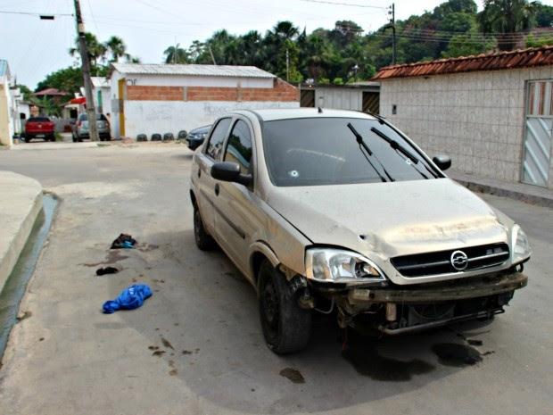 Carro foi abandonado na Rua 23, no loteamento Vale do Sinai (Foto: Suelen Gonçalves/G1 AM)