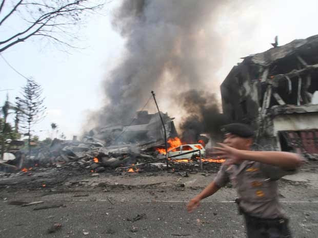 Avião caiu em área residencial (Foto: Gilbert Manullang / AP Photo)