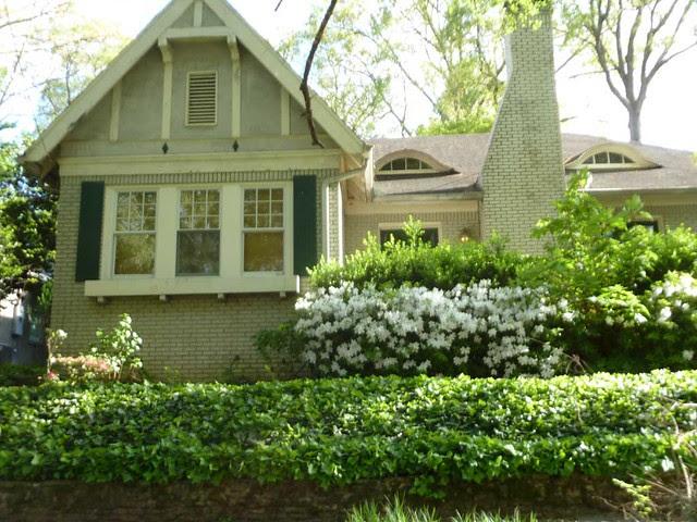 P1090750-2011-04-11-Eileen-Drennen-Tour-St-Louis-Place-Eyebrow-Dormer