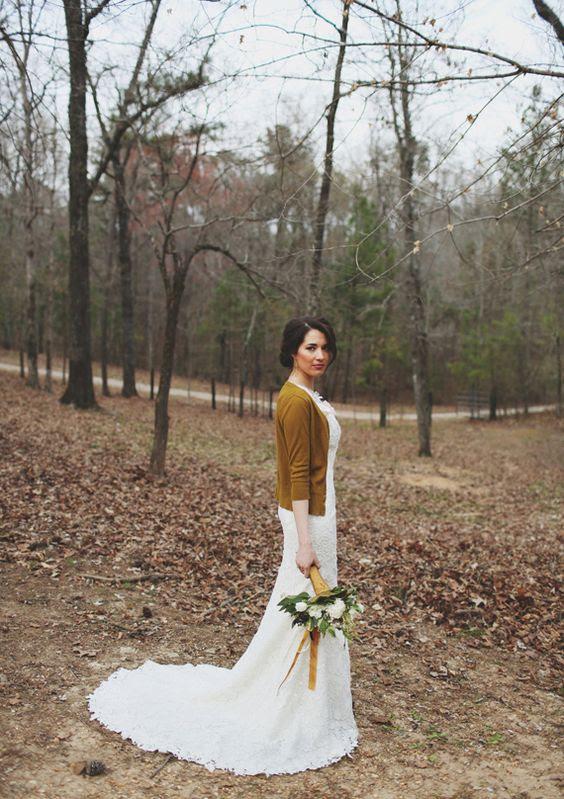 Senf Hochzeit Jacke für eine Herbst-Braut und passenden Bändern auf den Strauß