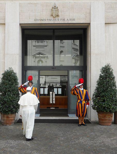 File:Papa Francesco entra nella Domus Sanctae Marthae.JPG