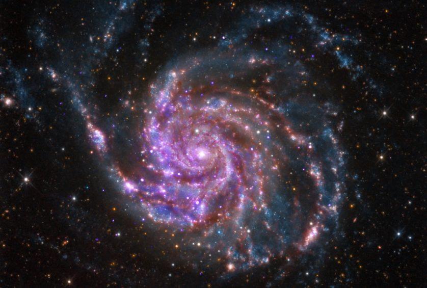 Imagem combinando luz visível, infravermelho e raio X de M101, a Galáxia do Catavento, uma das galáxias estudadas