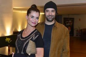 """Alinne Moraes e o namorado no lançamento do DVD de """"Como Aproveitar o Fim do Mundo"""" (Foto: André Muzell / AgNews)"""