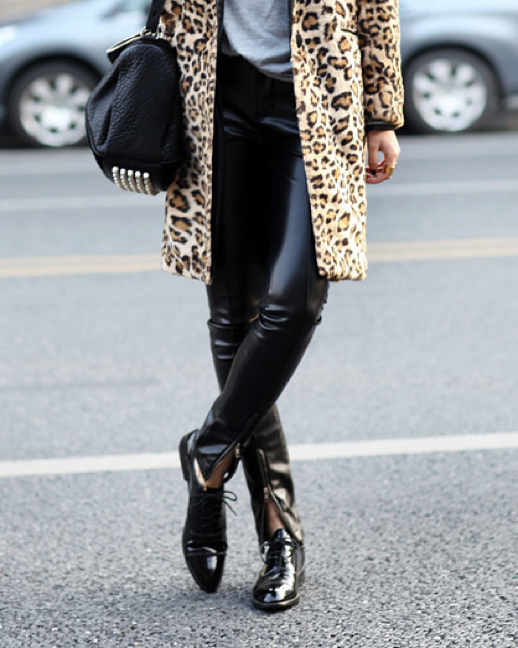 LE FASHION BLOG STREET STYLE INSPIRATION LEOPARD PRINT COAT JACKET WITH SKINNY BLACK PANTS SKINNY JEANS SKINNIES CROSSBODY ALEXANDER WAND STUDDED DUFFLE BAG GREY GRAY TEE TSHIRT PATENT LEATHER ANKLE ZIP PANTS PATENT OXFORDS VIA CHICY