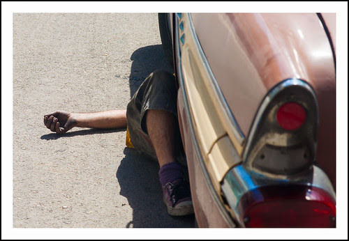 Havanna- man onder auto by hans van egdom