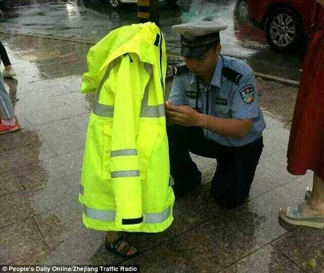Policial cede casaco impermeável para menino perdido em dia chuvoso