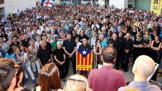 Vista de la manifestació a la la plaça del davant del Museu de Lleida per reclamar que l'art de Sixena es quedi a Catalunya (ACN)