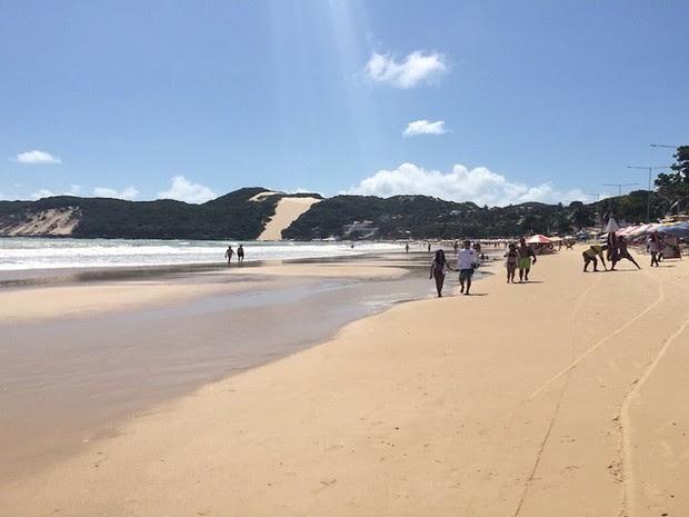 Turistas aproveitam calor para curtir praia de Ponta Negra, em Natal (Foto: Fernanda Zauli/G1)