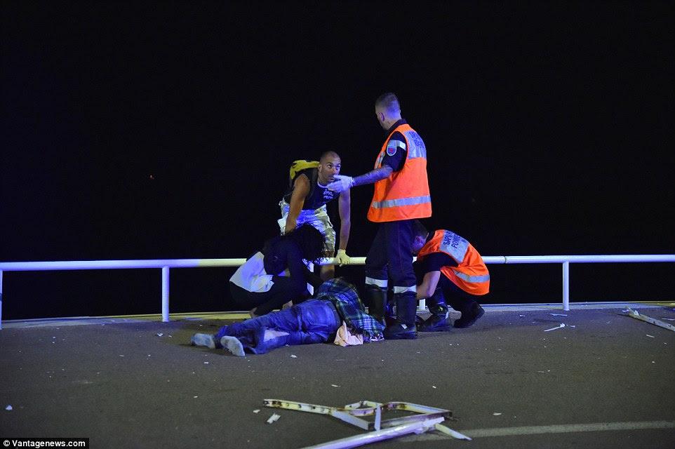 Terríveis: Amigos de um homem deitado gravemente ferido na calçada tentar tratá-lo como ele se encontra ferido no chão, sem sapatos