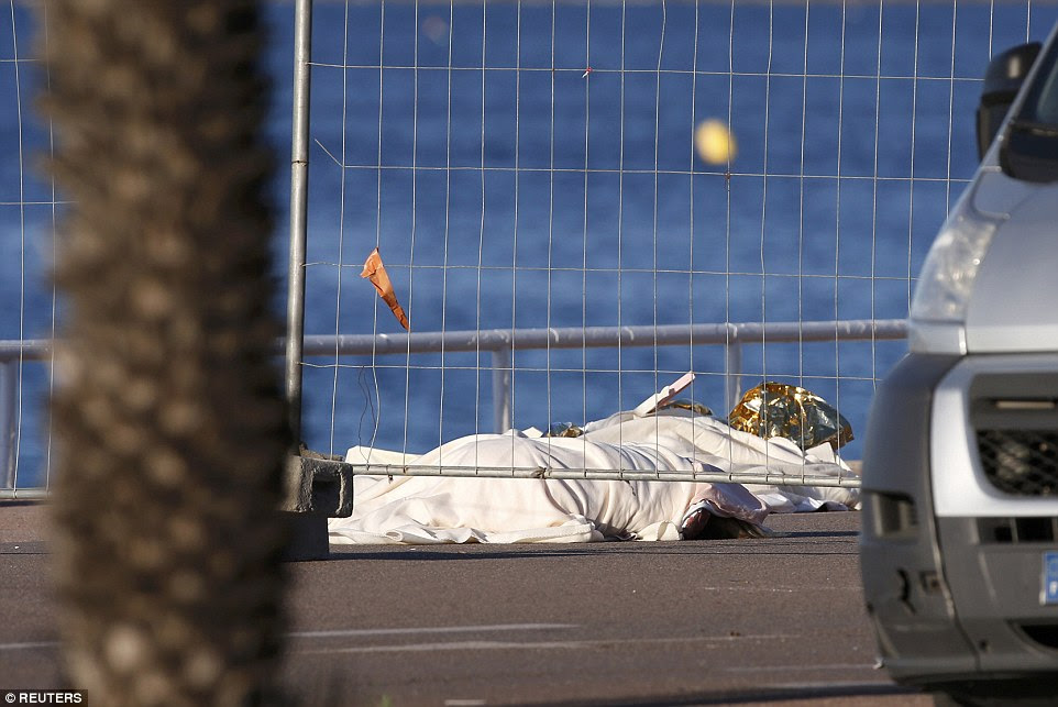 Horror: Corpos ainda estão espalhados ao longo da rota milhas de comprimento, enquanto a polícia admitiu hoje que o homem que os matou era conhecido por eles