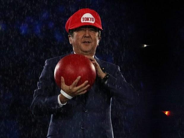 Shinzo Abe, primeiro-ministro do Japão, vestido como o personagem de 'Super Mario Bros' na abertura das Olimpíadas (Foto: Reuters/Stoyan Nenov)