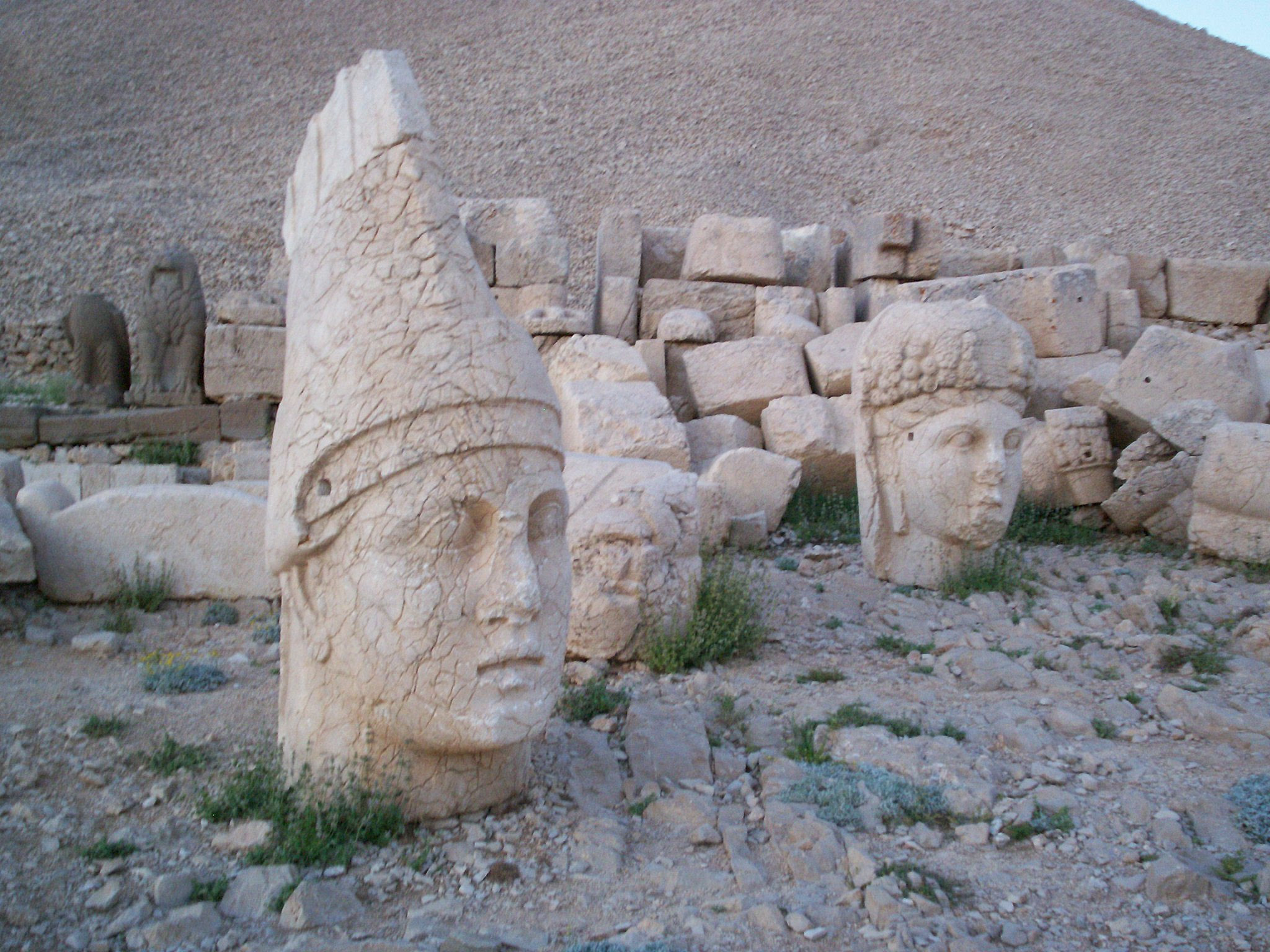 http://upload.wikimedia.org/wikipedia/commons/b/b9/Nemrut-kahta.JPG