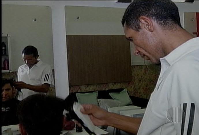 Cláudio Richardson se divide entre o esporte e o salão de cabeleireiro (Foto: Reprodução/Inter TV Cabugi)