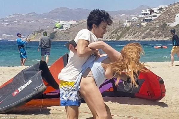 Egor Tarabasov e Lindsay Lohan brigando  (Foto: Reprodução)