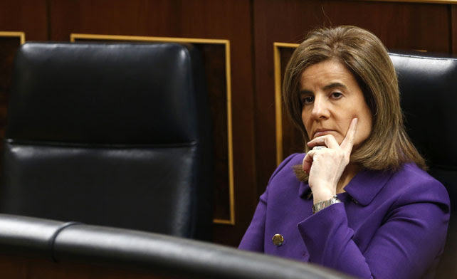 La ministra de Empleo y Seguridad Social, Fátima Báñez, en su escaño en el Congreso de los Diputados.