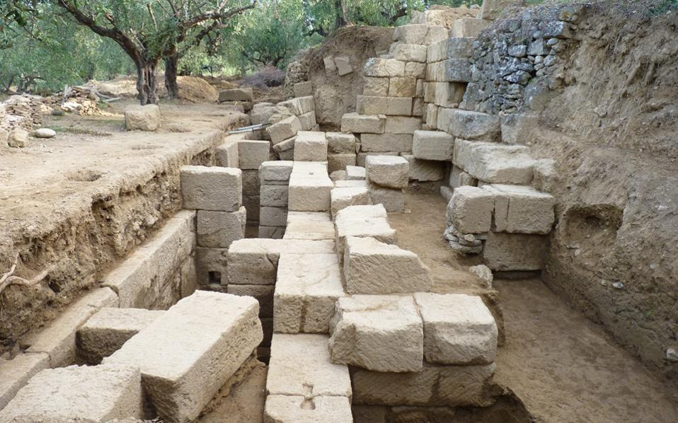 Το άγνωστο έως σήμερα θέατρο της αρχαίας Θουρίας, της σημαντικότερης πόλης της Δυτικής Μεσσηνίας και δεύτερης σε δύναμη μετά το 369 π.Χ., όταν ιδρύθηκε η Μεσσήνη, ήρθε στο φως. Βρίσκεται στον ευρύτερο κηρυγμένο αρχαιολογικό χώρο, στο υψηλότερο σημείο της δυτικής πλευράς, όπου εξαπλώνεται η αρχαία πόλη με θέα την εύφορη πεδιάδα της Μεσσηνίας. Χρονολογείται κατά μια πρώτη εκτίμηση στους πρώιμους ελληνιστικούς χρόνους.