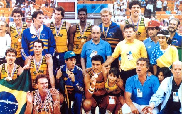 Ary Vidal com a seleção de basquete de 1987  (Foto: Arquivo / CBB)
