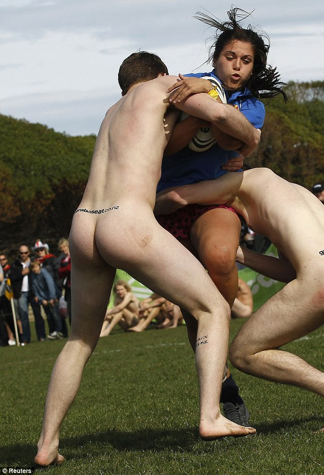 A Conquistadora is tackled by two of New Zealand's Nude Blacks
