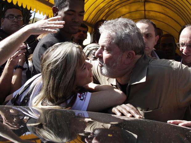 Ex-presidente se aproxima de militante (Foto: Marcos Alves / Agência O Globo)