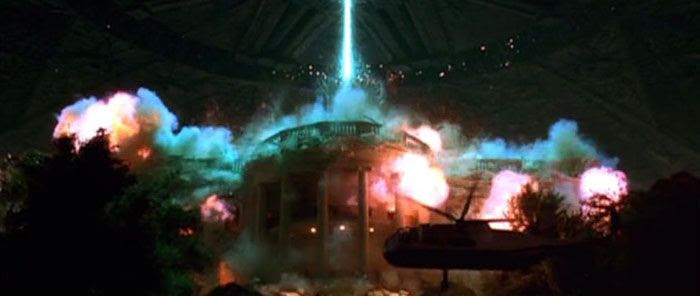 An alien destroyer destroys the White House in INDEPENDENCE DAY.