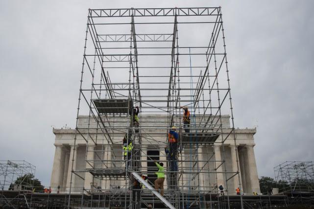 Des employés assemblent une partie d'une estrade pour... (PHOTO Andrew CABALLERO-REYNOLDS, AFP)