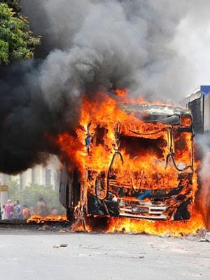 Ônibus são incendiados em ataque no Terminal Vida Nova, em Campinas (Foto: Moacyr Lopes Junior/Folhapress)