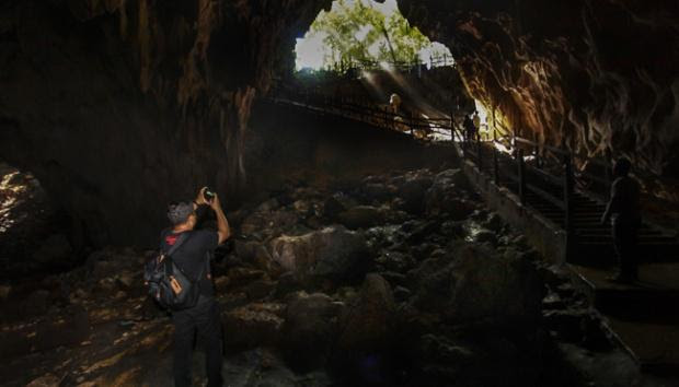 Sitearcheologique mount srobu in the yotefa bay area indonesie