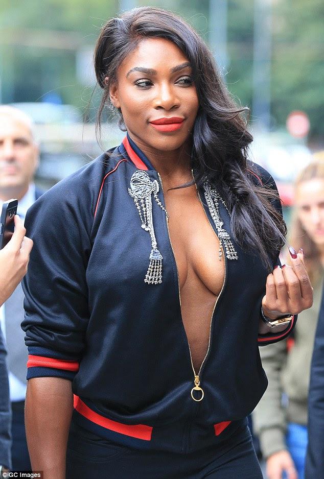 Aquí vamos: Mientras todos los ojos estaban sobre el par, Serena atrajo más atención a su físico voluptuoso exponiendo plenamente su escote ir sin sujetador debajo de una chaqueta abierta