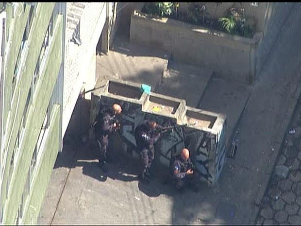 Movimentação policial na entrada do Cantagalo (Foto: Reprodução/TV Globo)
