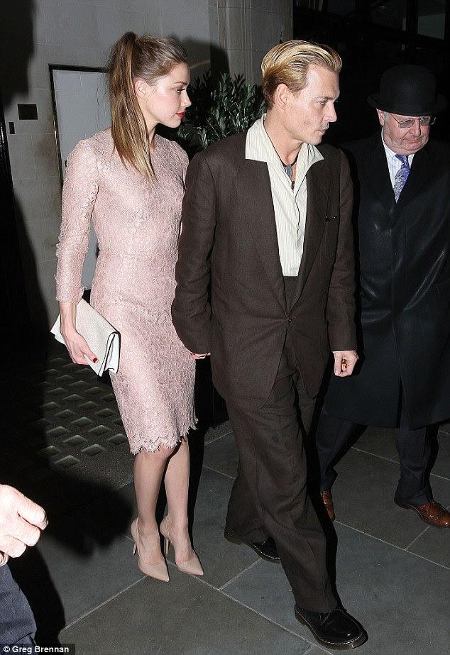 O par perfeito: Johnny Depp e Amber, que namoram há quase dois anos, são vistos aqui deixando restaurante de Scott, em Londres, no mês passado