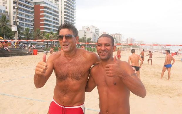 Renato Gaúcho e Djalminha no futevôlei (Foto: Flávio Dilascio)