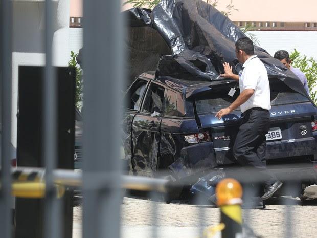 Veículo da atriz Isis Valverde, de 26 anos, que envolveu-se em um acidente na madrugada desta sexta- feira  (Foto: Xande Nolasco/Estadão Conteúdo)