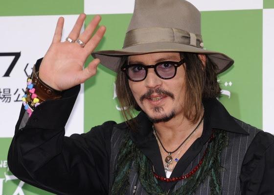 Johnny Depp acena para o público em première de ''Alice no País das Maravilhas'' no Japão