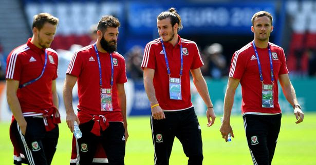 Chris Gunter (l) Joe Ledley (2nd left) Gareth Bale and Andy King (r) share a joke during Wales Open Session