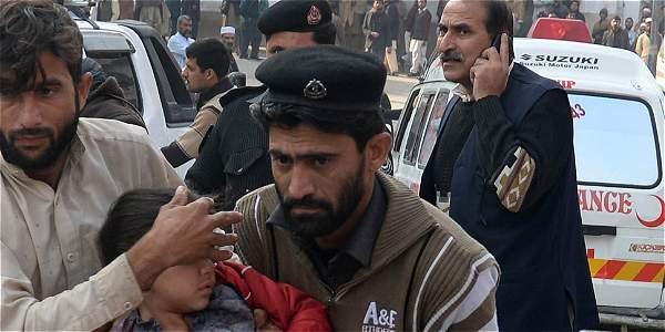 Ataque en escuela de Pakistán deja más de 140 muertos
