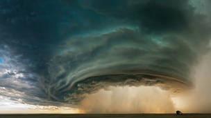 Un diluvio cae desde el centro de una tormenta cerca de Glasgow, Montana.  (National Geographic Magazine)