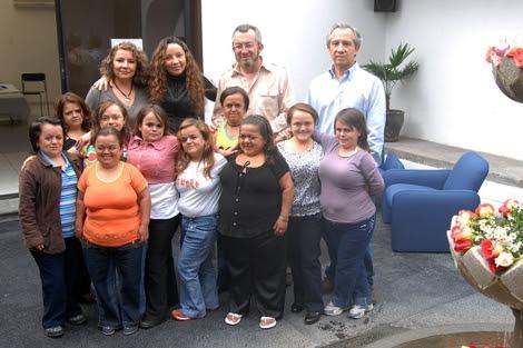 Guevara-Aguirre, en el centro, junto a varios controles y mujeres con Laron. | J. G.-A.