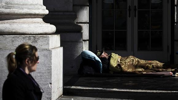 """Gente que """"perdeu o chão"""". Ou como a pobreza se intensificou em Portugal"""
