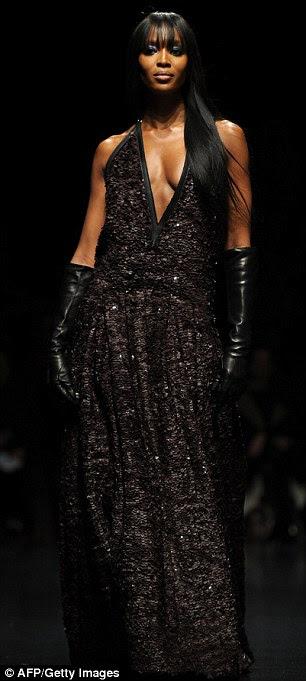 Ela ainda tem isso!  Naomi Campbell parecia tão deslumbrante como sempre, como ela fechou a Roberto Cavalli mostra durante Milão Semana de Moda de hoje