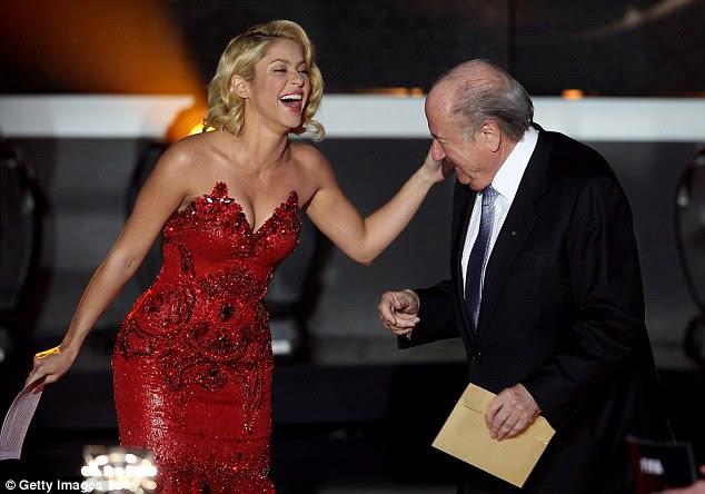 Todos os sorrisos: Shakira gostei de brincar com o presidente da Fifa no palco durante as festividades