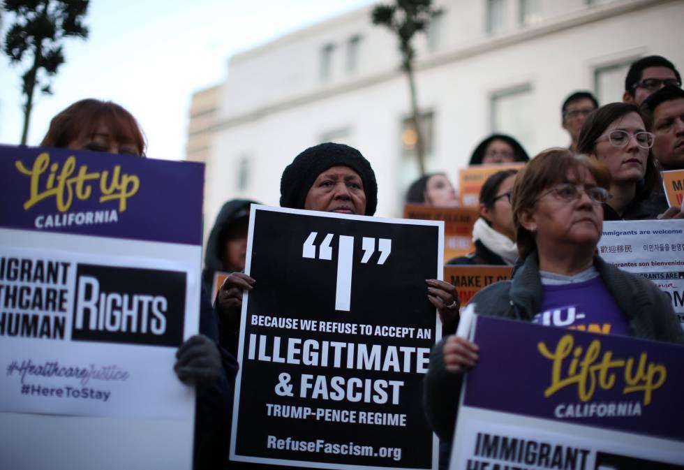 Manifestación espontánea en el ayuntamiento de Los Ángeles contra Trump, el miércoles.