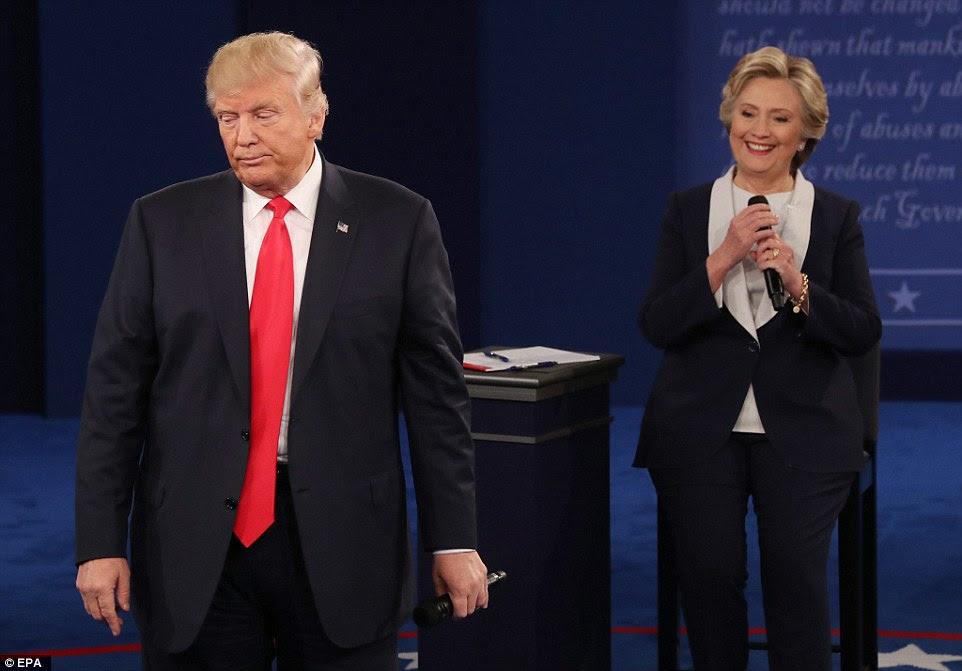 candidato democrata à presidência Hillary Clinton no palco durante o segundo debate como candidato republicano carrancas Donald Trump