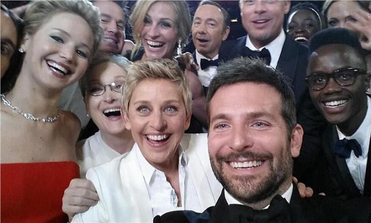 Ήταν η φωτογραφία που αναρτήθηκε και μοιράστηκε περισσότερο από κάθε άλλη στα κοινωνικά δίκτυα κατά το 2014: οι Μπράντλεϊ Κούπερ, Μέριλ Στριπ, Τζένιφερ Λόρενς, Μπραντ Πιτ, Αντζελίνα Τζολί, Λουπίτα Νιόνγκο, Κέβιν Σπέισι και Τζούλια Ρόμπερτς  πόζαραν στον φακό του κινητού της Έλεν Ντε Τζενέρις, σε μια selfie που έμελλε να «σημαδέψει» την 86η Απονομή των Βραβείων Όσκαρ.